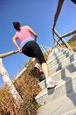 Kvinna kör på berget trappor — Stockfoto