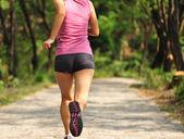 Femme jogging au parc — Photo