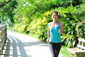 Asian woman jogging at park — Stockfoto