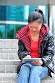 Volwassene student gebruik tablet pc — Stockfoto