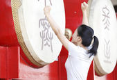 Young asian woman at the drum — Foto de Stock
