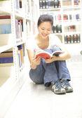 Libro de lectura de estudiantes universitarios — Foto de Stock