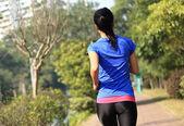 Sportif kadın çalışan — Stok fotoğraf