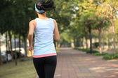 Femme qui court au parc tropical — Photo