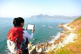Kadın kullanım dijital tablet hiking — Stok fotoğraf