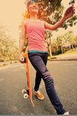 Skateboarden vrouw — Stockfoto