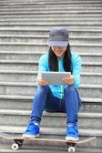 Skateboarder use digital tablet — Stockfoto
