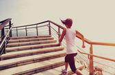 海辺で実行しているランナーの運動選手. — ストック写真