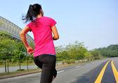 都市通りで走っている女性 — ストック写真