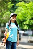 Skateboarder bedrijf skateboard — Stockfoto