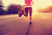 Yolda çalışan runner atlet — Stok fotoğraf
