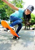 Skateboarding kobieta — Zdjęcie stockowe