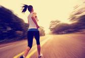 Läufer-athlet mit sonnenaufgang unterwegs — Stockfoto