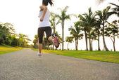 Läufer-Sportler auf die Straße laufen — Stockfoto