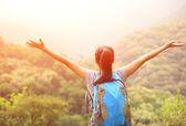 Woman enjoy the beautiful view at mountain peak — Stock fotografie