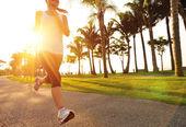 Atleta corredor corriendo en carretera — Foto de Stock