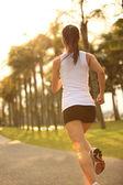 Atleta corredor correndo no parque tropical. — Foto Stock