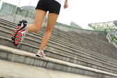 Бегущий спортсмен работает на лестнице — Стоковое фото