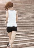 Atleta corredor corriendo en las escaleras — Foto de Stock