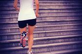 Sportovec běžec běží na schodech poslechu hudby — Stock fotografie