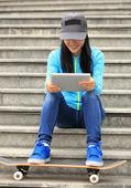 Skateboardåkare kvinna använda digital tablet — Stockfoto