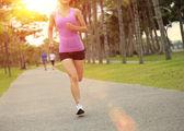 Vrouw atleet draait op park — Stockfoto