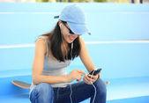 Skateboarder listening music — Stock Photo