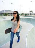 Skateboarder woman — Zdjęcie stockowe