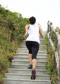 階段の上を走っている女性. — ストック写真