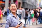 Mulher usando telefone inteligente — Foto Stock