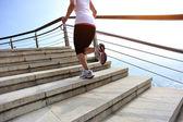 Läufer-athlet auf holzterrasse — Stockfoto