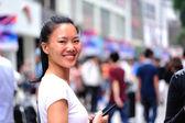 Mulher usando seu telefone inteligente — Fotografia Stock