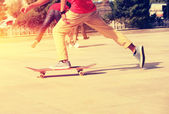 Young boy skateboarding — Stock Photo