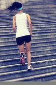 跑步运动员在楼梯上运行 — 图库照片