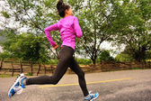 年轻的健身女人跑 — 图库照片