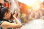 Kvinna fotograf ta foto — Stockfoto