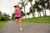 Sportovec běžec běží na tropický park. — Stock fotografie
