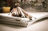 Matite colorate, pittura, disegno, schizzo pad pennello — Foto Stock