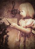 圣诞树上的小女孩 — 图库照片