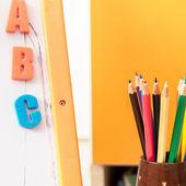 Achtergrond van kleurpotloden en brieven voor kinderen — Stockfoto