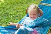 Meisje liggend op een hangmat en glimlachen — Stockfoto