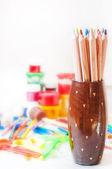Pastel boya, boya, fırça, renkli kalemler — Stok fotoğraf
