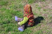 çocuklarda çim parlak kıyafetleri — Stok fotoğraf