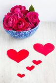 Corações e muitos rosa vermelha no prato azul — Fotografia Stock