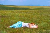 Mladá žena spát v otevřené — Stock fotografie