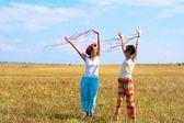 Två unga kvinnan med band — Stockfoto