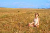 Стройная женщина медитировать на открытом воздухе — Стоковое фото