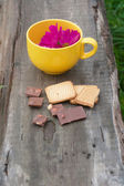 Flowers in the mug, chocolate and pastry — Stock Photo