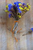 Dizili tahta üzerinde kurutulmuş çiçek buketi — Stok fotoğraf