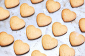 Home made shortbread heart shaped cookies on baking tray — Zdjęcie stockowe